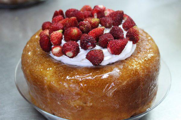 Torta babà con panna e fragoline