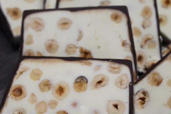Cioccolato bianco con nocciole